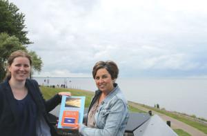 Angela Molenaar krijgt eerste Urker spreukenkalender 2016 van Mandy van Dijk